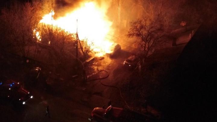 Этой ночью во дворе частного дома на Липецкой сгорел гараж вместе с двумя иномарками