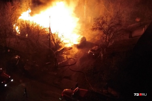 Возгорание началось с гаража, после пламя перекинулось и на рядом стоящие хозпостройки<br><br>