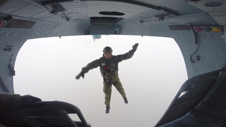 С небес на землю: спецназ Самарской области выиграл соревнования по прыжкам с парашютом