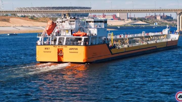 Проплывавший мимо Волгограда здоровяк-танкер сняли с высоты