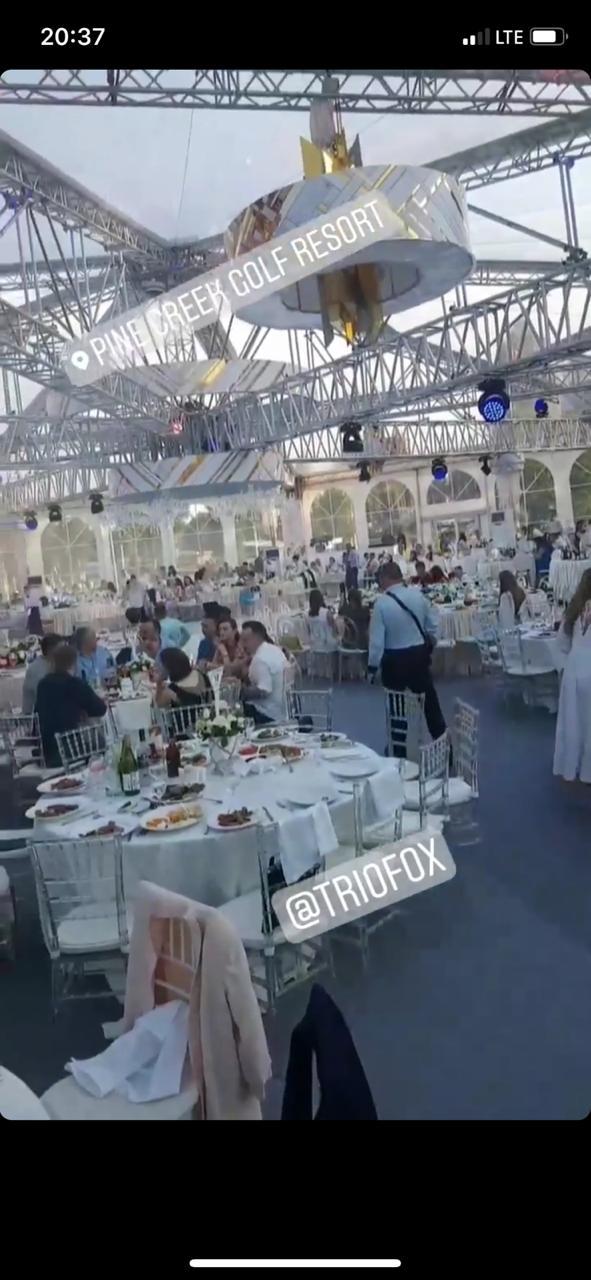 Перед сценой расставлены большие круглые столы