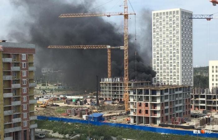 От строящегося здания валил густой черный дым