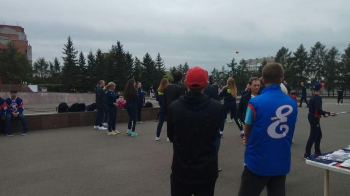 На Красной площади в Красноярске идет праздник. Там же митингуют сторонники Навального