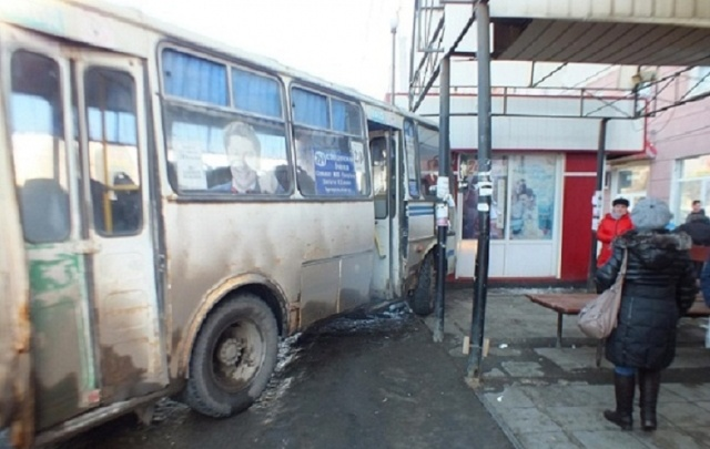 В Кургане попавшая под автобус 78-летняя женщина скончалась в больнице