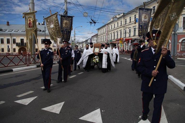 Казаки и священнослужители блокируют центральные улицы города
