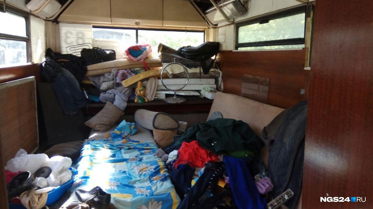 Это спальная комната, оставшуюся часть автобуса запланировано переделать еще в одну комнату и кухню