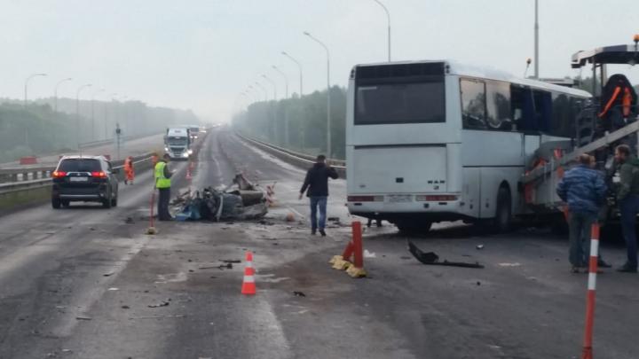 Под Уфой в автобус, который ехал из Свердловской области, на полной скорости врезалась легковушка