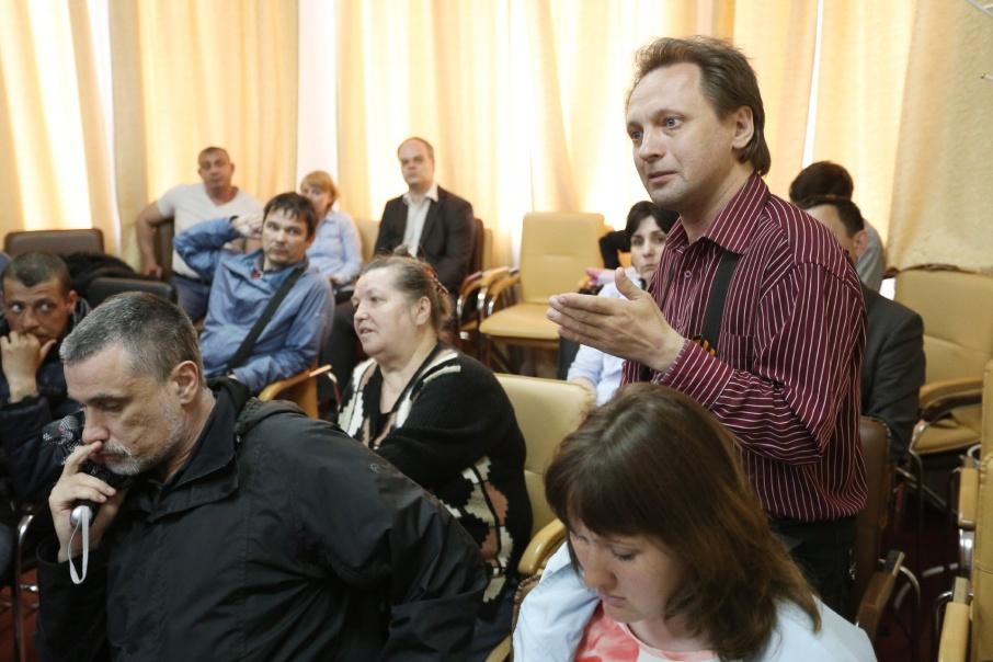 Несколько лет люди пытаются заставить вице-спикера ЗСО Юрия Карликанова выплатить заработную плату и выдать обещанные квартиры