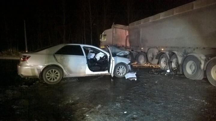 На Тюменском тракте в столкновении грузовика и легковушки погибла женщина