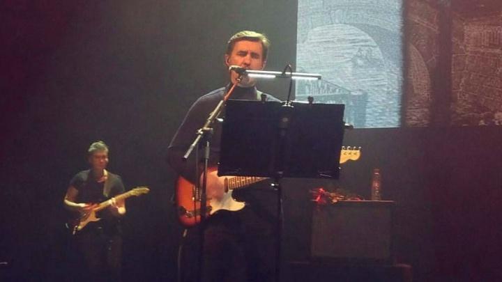 После концерта певец Вячеслав Бутусов вспомнил, как в Омске ему лечили насморк пылесосом