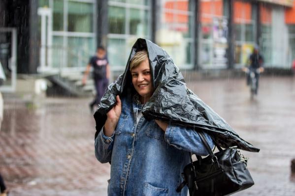 Новосибирцы спасаются от дождя как могут