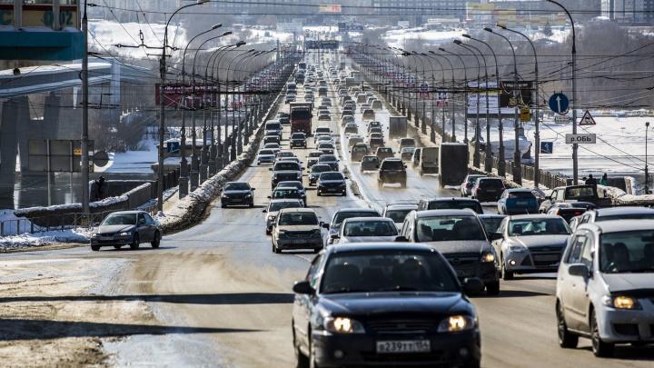 Новосибирцы встали в пробку на Коммунальном мосту. От скуки они нарисовали ещё один мост в 2ГИС