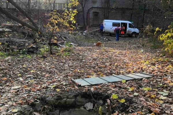 Представители коммунальных служб затампонировали сети на границе с канализационным коллектором