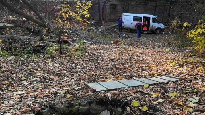 Работники коммунальных служб перекрыли канализацию около торгового дома «Захар»