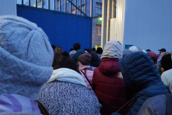 Из-за утреннего сообщения о минировании работников запускали на территорию через запасные ворота