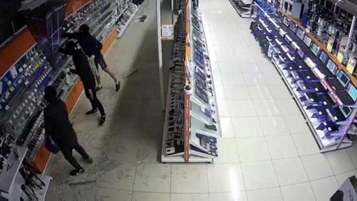 Троица, обчистившая салон электроники в Екатеринбурге, попала на записи камер наблюдения