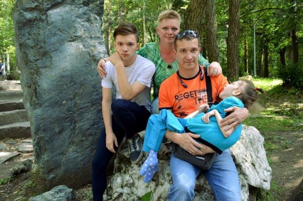 Вся семья в сборе.17-летний сын Юли от первого брака остался учиться в Екатеринбурге