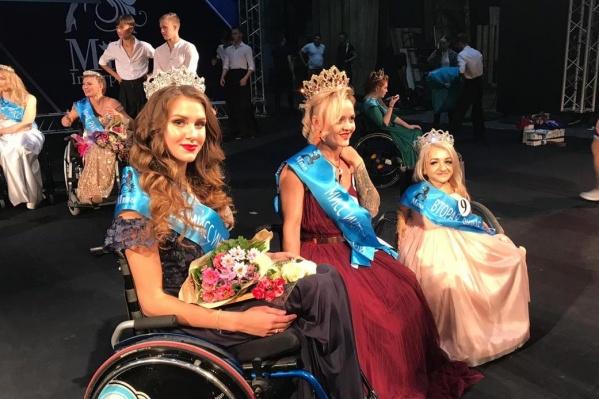 Наталья (по центру) получила главный приз и отправится на конкурс в Париж