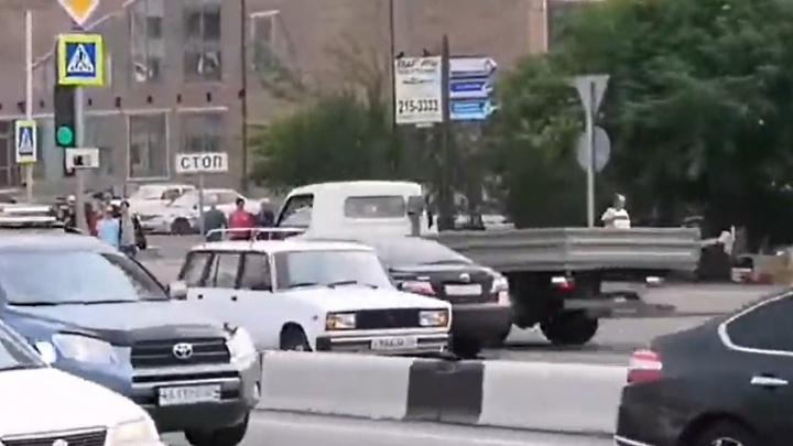 Напролом или заблудился: водитель «четверки» невозмутимо проехал по встречке на Тотмина