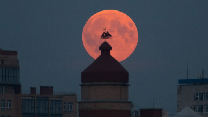 Над Челябинском взошла «кровавая» Луна: смотрим самые сочные кадры редкого небесного явления