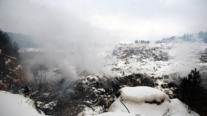 Копаемся в тлеющей свалке, из-за которой задыхается Уралмаш: сколько стоят тонны мусора и кто за них ответит