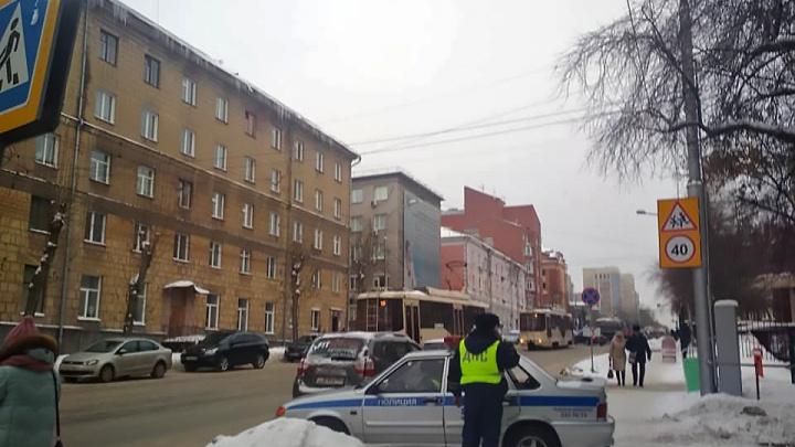 Трамваи № 13 встали на Серебренниковской: в одном из них упала пассажирка