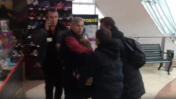 Источник 59.RU: «Мужчина, снимавший видео про подростков в ТРК «Семья», помешал их задержанию»