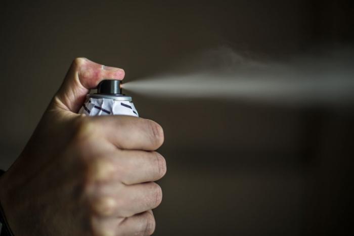 Новосибирец купил в магазине газовый баллончик и для правдоподобности распылил его себе в лицо