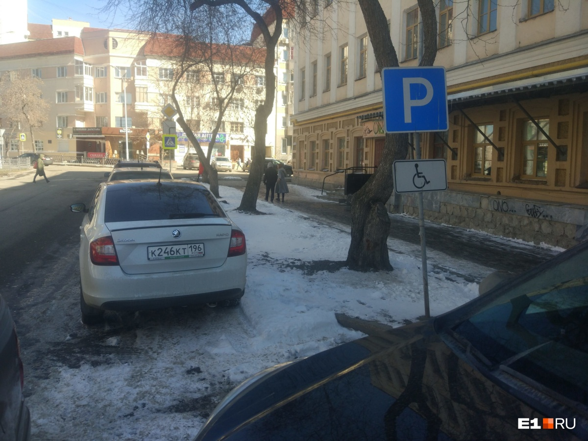 Что видно на данном снимке? Знак парковки для инвалидов развернут таким образом, что инвалидам предлагается парковаться вдоль проезжей части за ним
