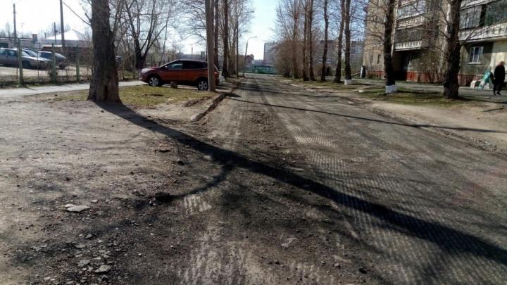 Бесхозную дорогу у поликлиники в Челябинске наконец отремонтируют