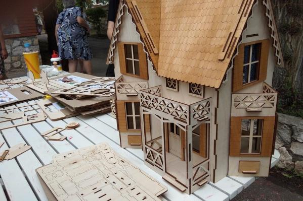 На фестивале представлено множество деревянных изделий<br>