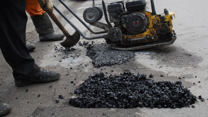 Дорожники уложили асфальт в ямы на Кошурникова сразу после снегопада