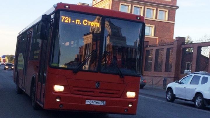 В Омске из автобуса выпала женщина с маленьким ребёнком