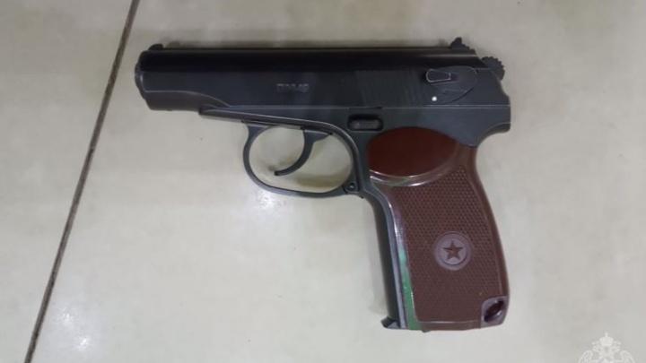 Сотрудники ТЦ вызвали Росгвардию из-за гуляющего с пистолетом омича