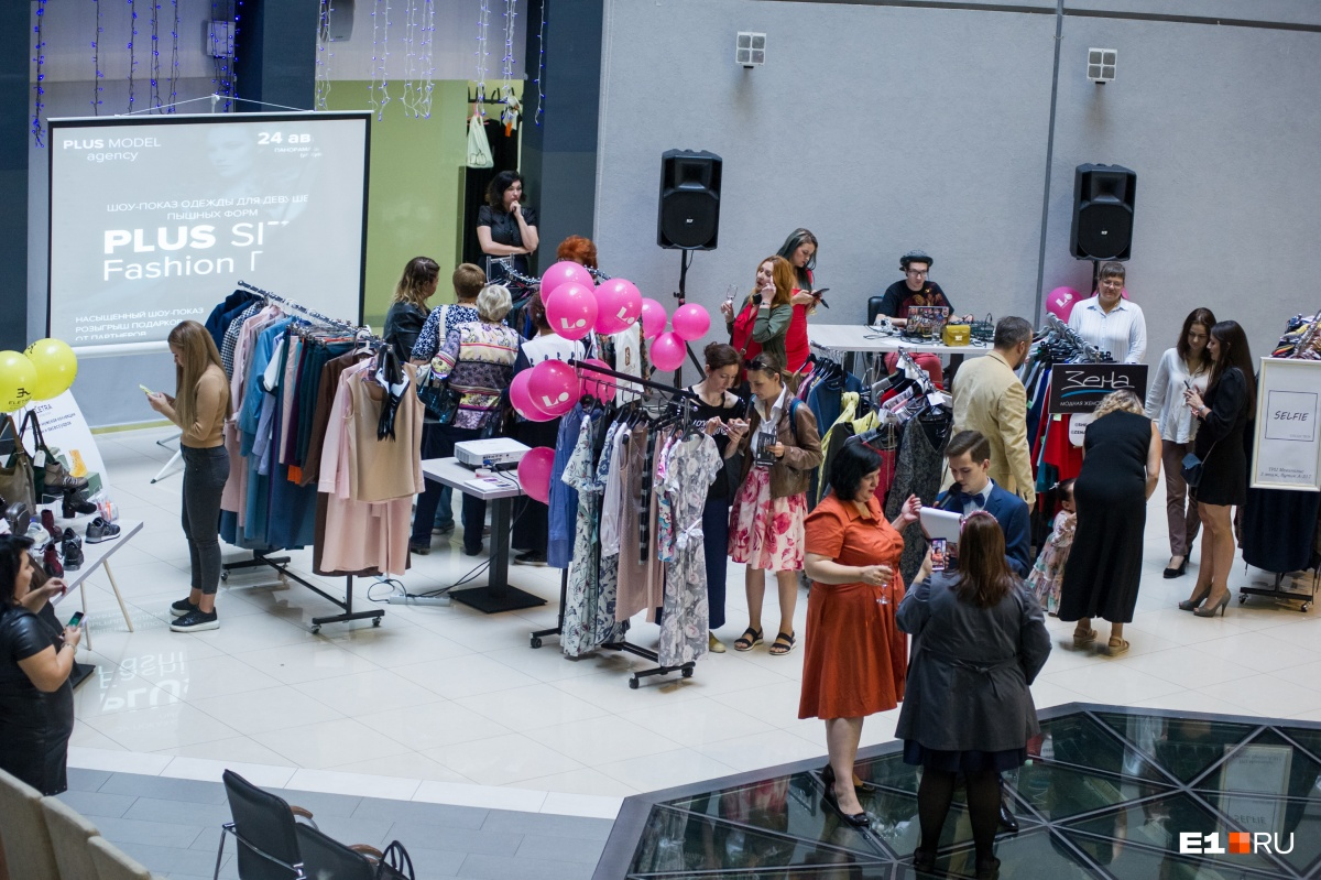 Перед показом можно было вблизи посмотреть на одежду, в которой затем вышли модели