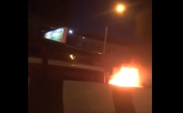«Все стоят и смотрят»: «Тойота» вспыхнула на ходу по Партизана и собрала пробку из зевак