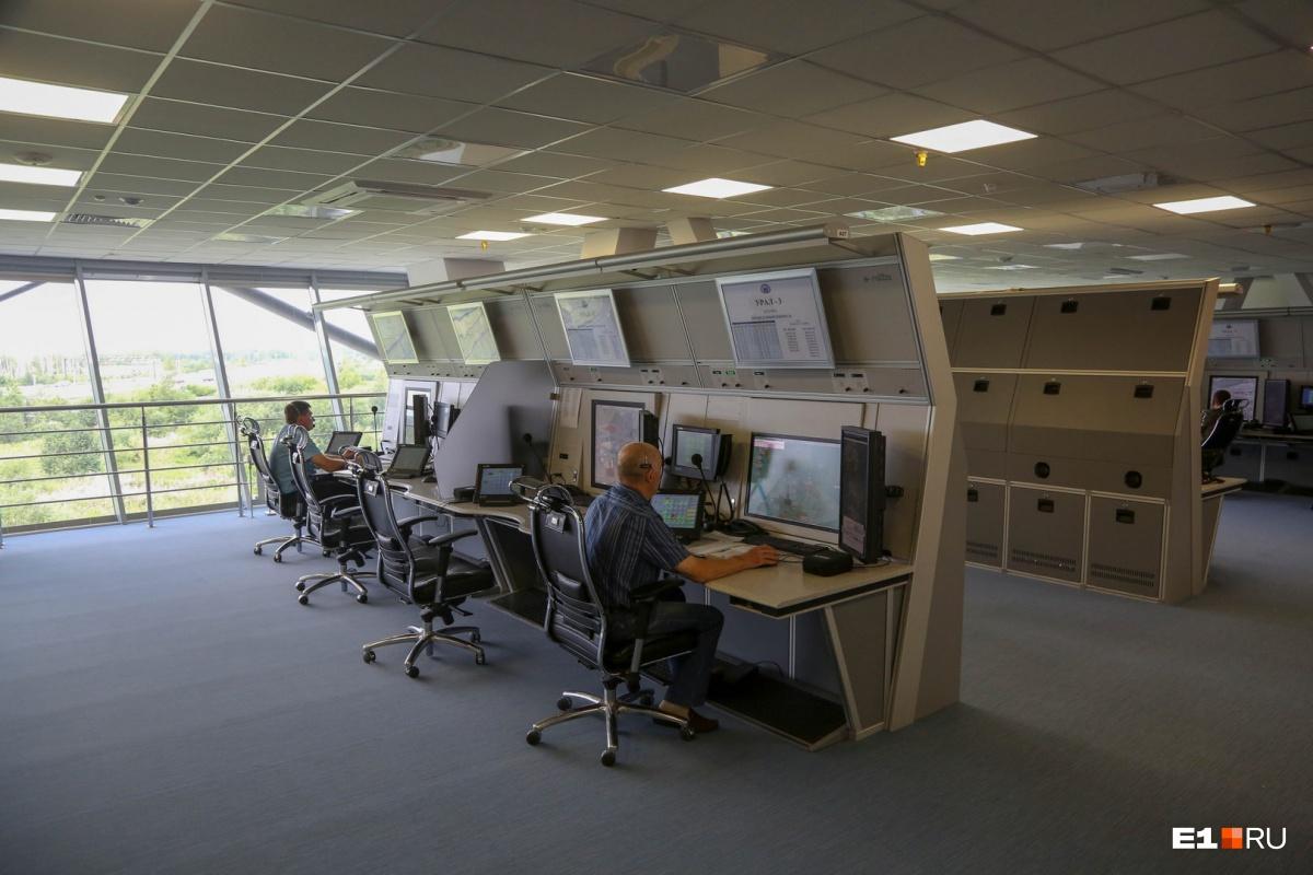 Рабочее помещение, где сидят диспетчеры, напоминает кол-центр