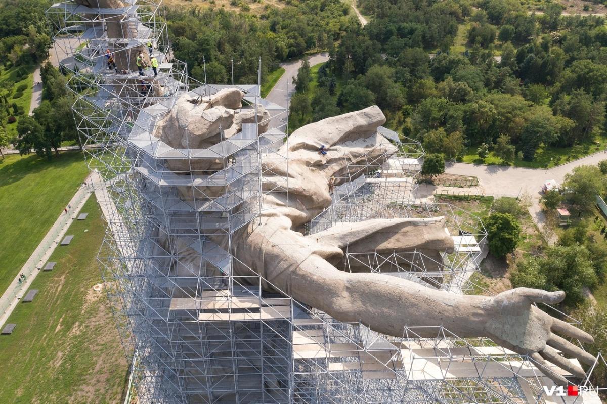 На строительство лесов у рабочих ушло полтора месяца. По высоте их можно сравнить с 30-этажным небоскребом
