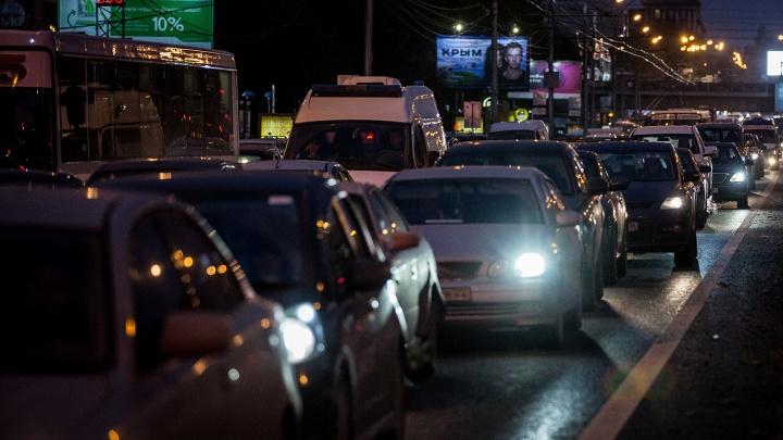 Жители Калининского района попали в крупную пробку по пути на работу