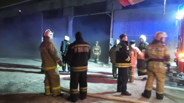Дымом затянуло 4,5 тысячи «квадратов»: ночью на Химмаше горел склад