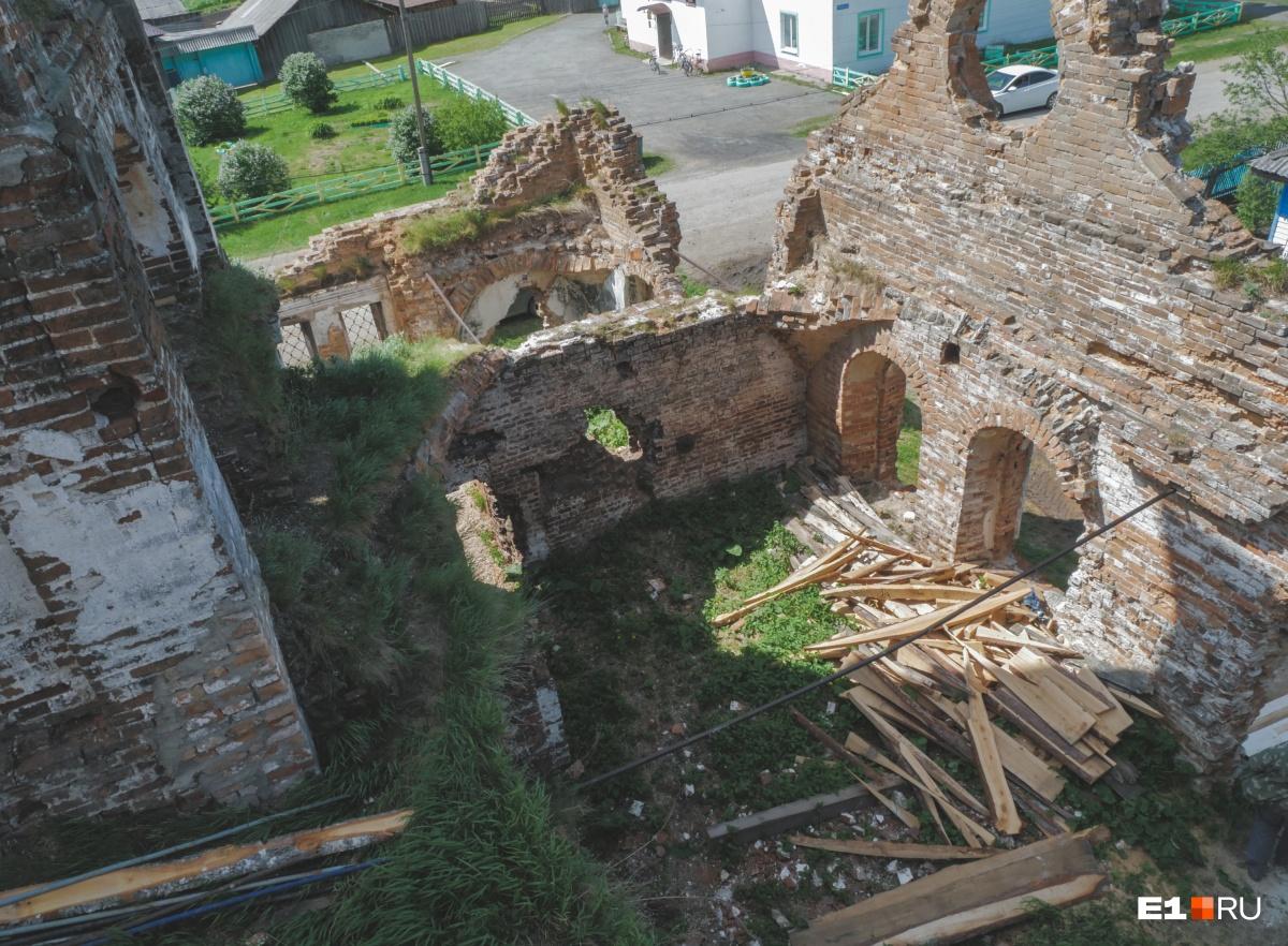 Вид на развалины со строительных лесов
