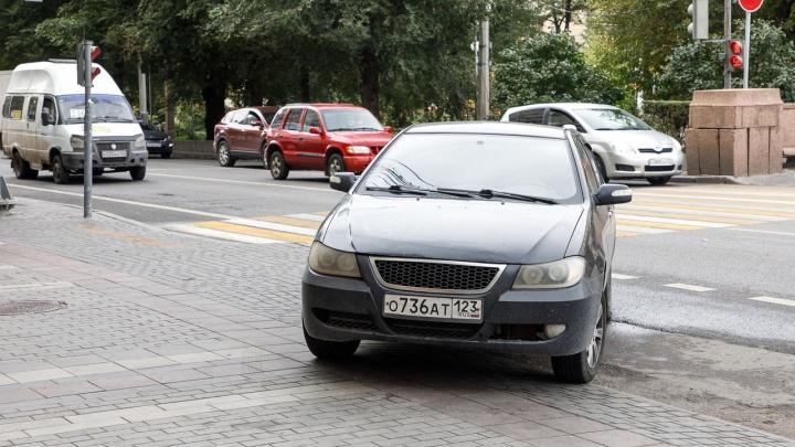 Страсти по «выделенке»: автохамы Волгограда паркуются вдоль проспекта Ленина