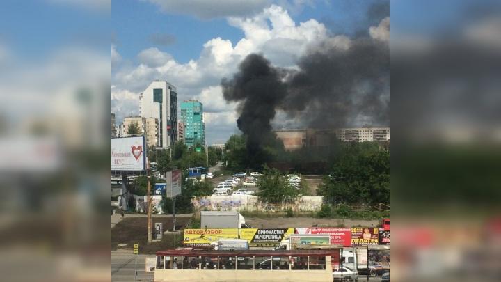 «Столб дыма и едкая гарь»: возле заправки на северо-западе Челябинска произошёл пожар