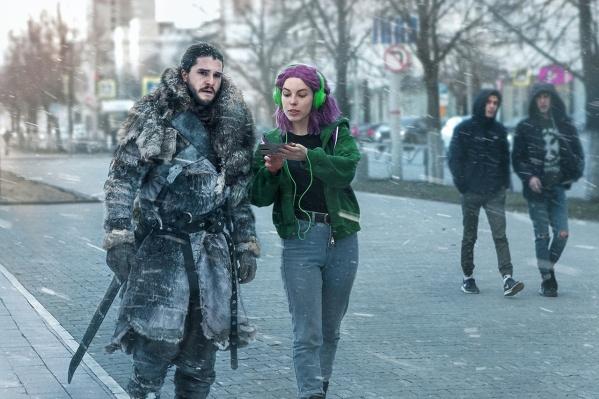 Александра прогуливается с Джоном Сноу по улице Ленина