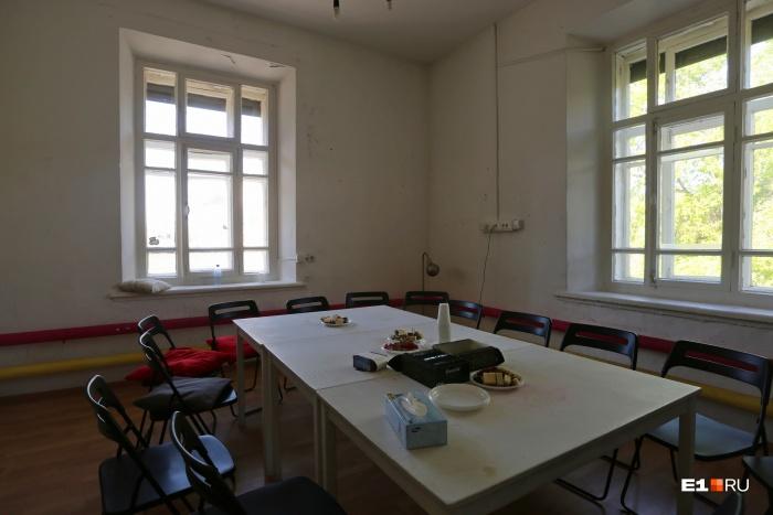 Фотографировать посетителей «Кафе смерти» запрещено. Можно только комнату — стол и чай с печеньками