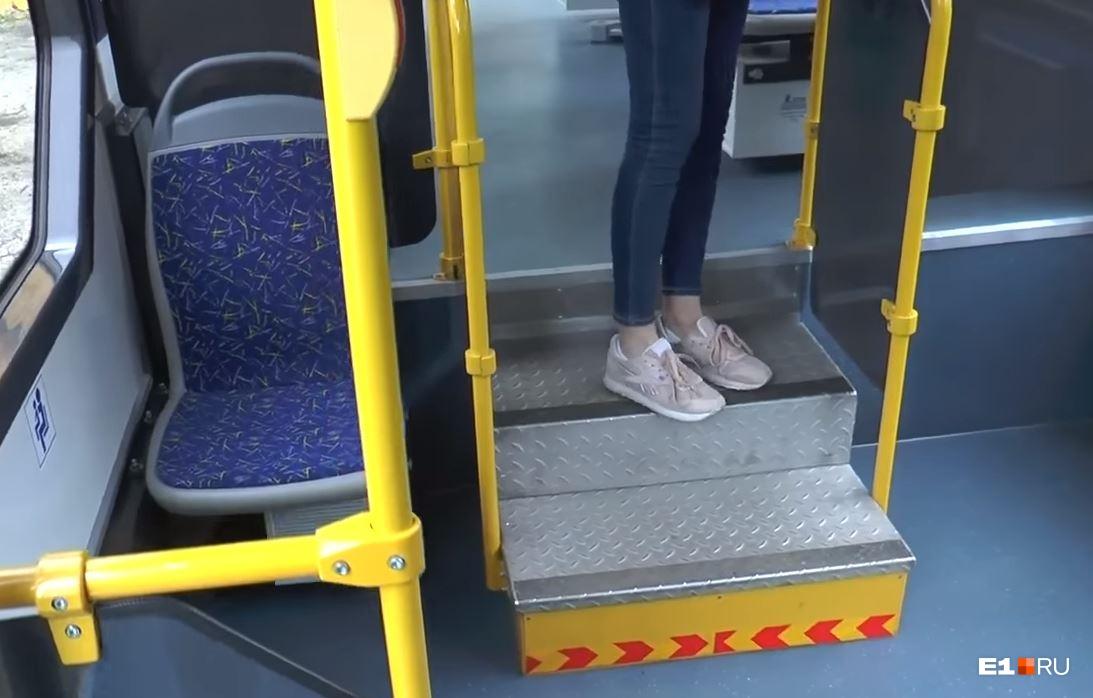 В салоне трамвая есть две такие неудобные лестницы