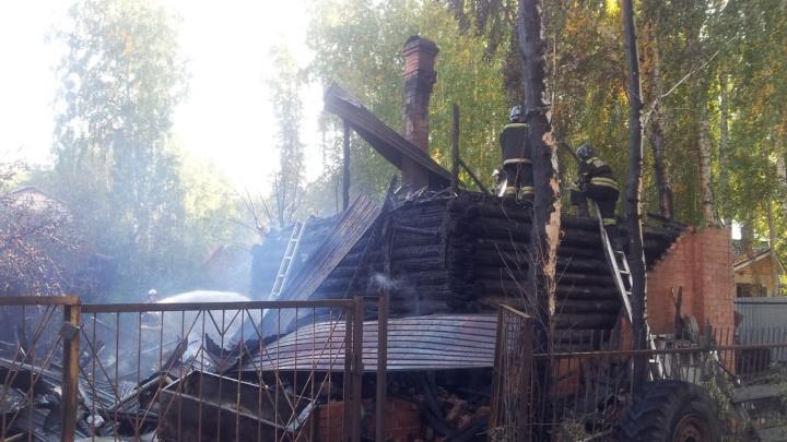 «Полно баллонов с газом на веранде»: в Челябинске вспыхнул частный дом