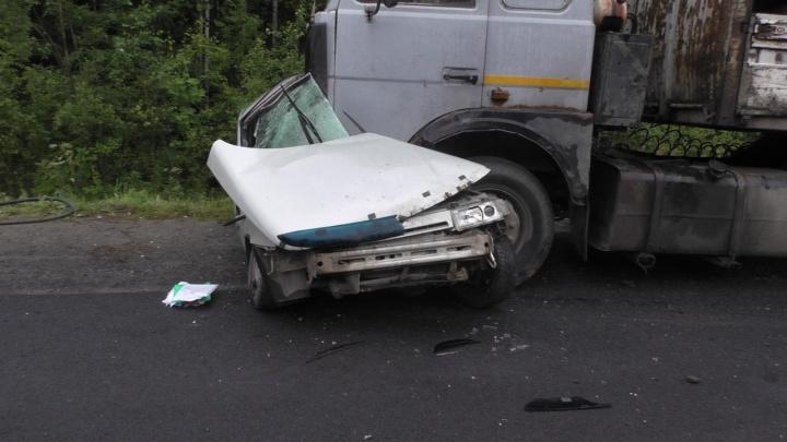 На трассе Серов — Екатеринбург водитель легковушки на большой скорости залетел под МАЗ