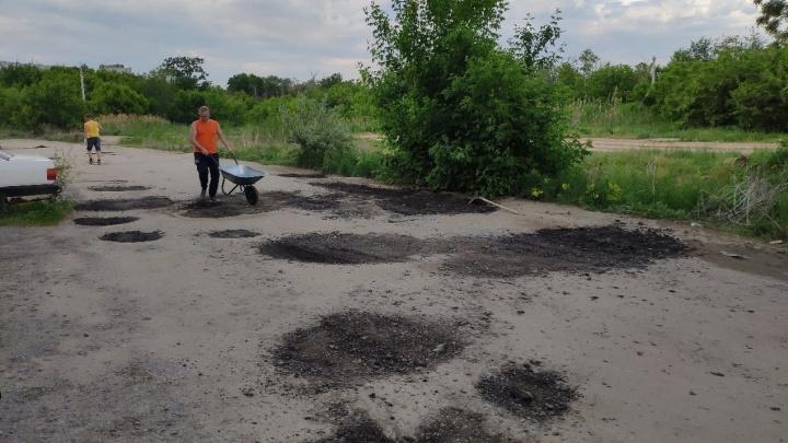 «Допекли народ!»: волгоградцы вышли с лопатами латать убитую дорогу рядом с домами