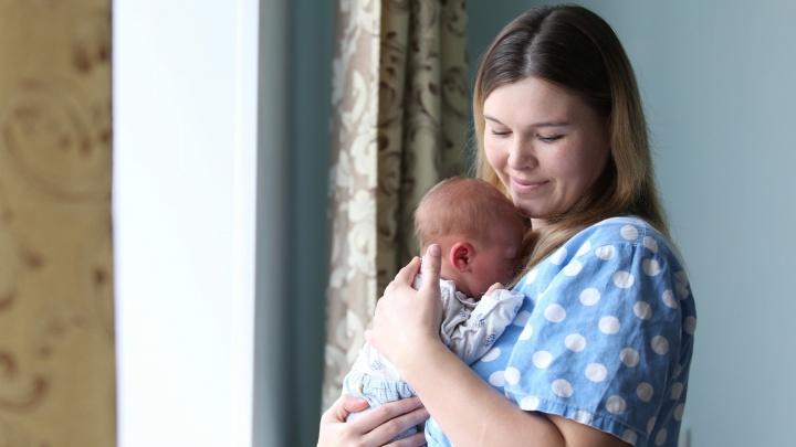 Подарочный набор и деньги в конверте: в Челябинске поздравили молодых мам, родивших в День города